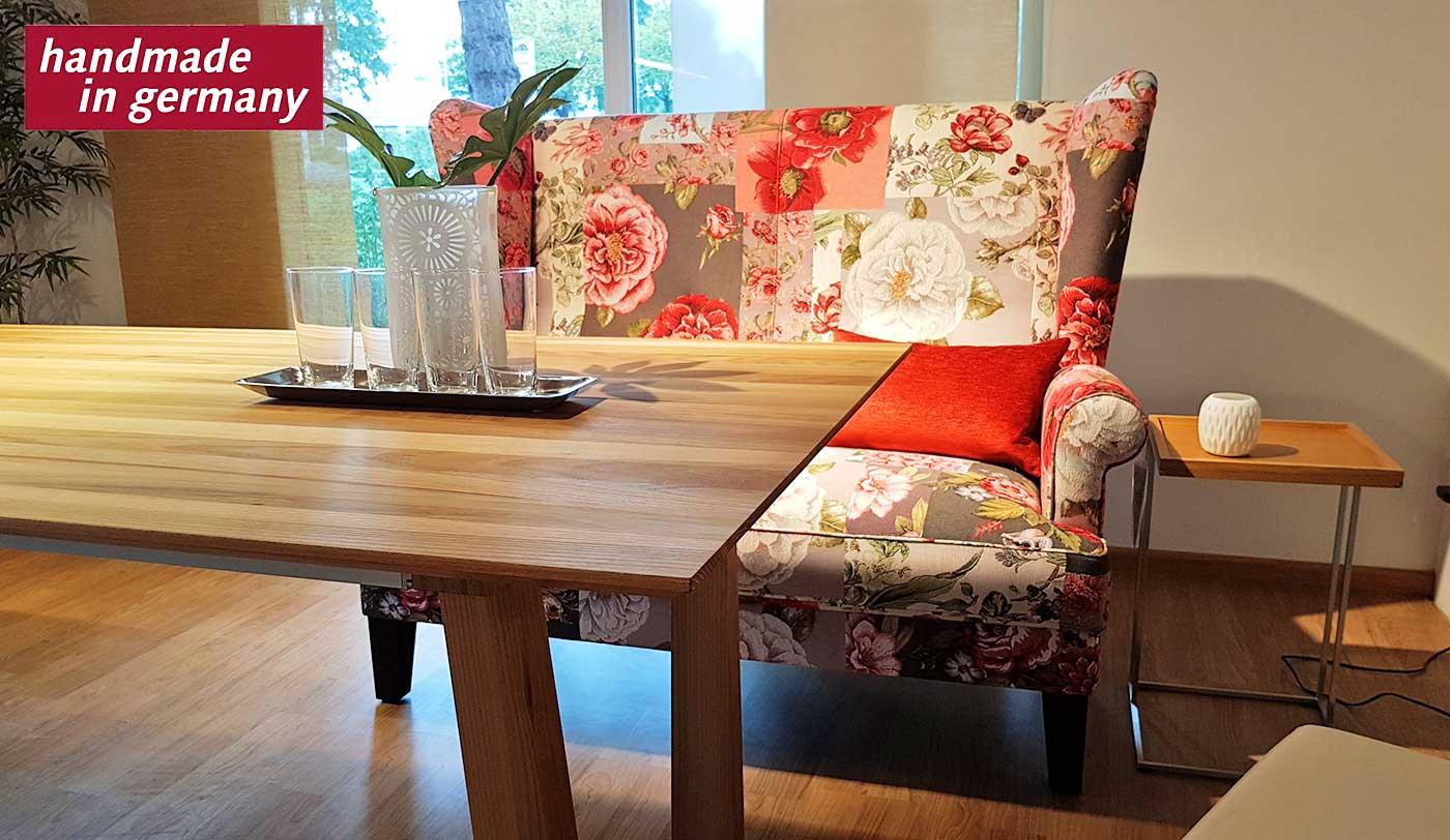 Küchensofa mit hoher Lehne mit einem floralen Stoffmuster